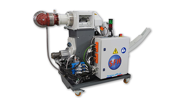 Briquetting machine with chip crusher