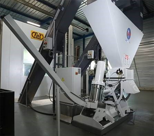 Chip compacting unit directly under swarf hinged belt conveyor
